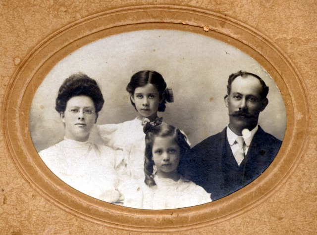 Left to Right Estella (1879 – 1931),   Claire (1900 – 1987),  Doris (1902 – 2001) and Jesse Gilbert